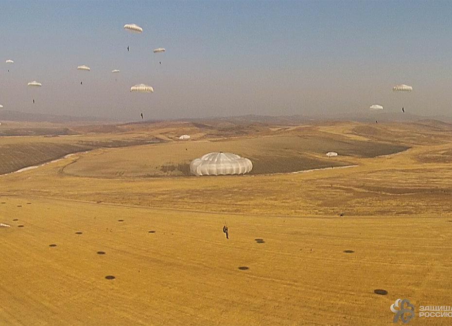 Десантники в Египте спрыгнут с высоты более 2000 метров