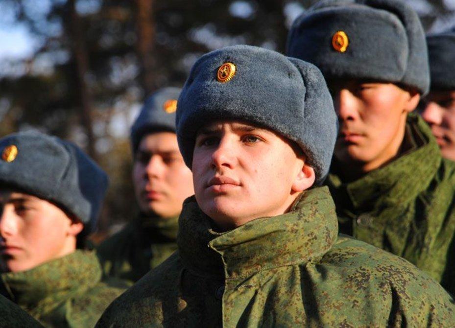 Призывникам стали выдавать теплые шапки синего оттенка