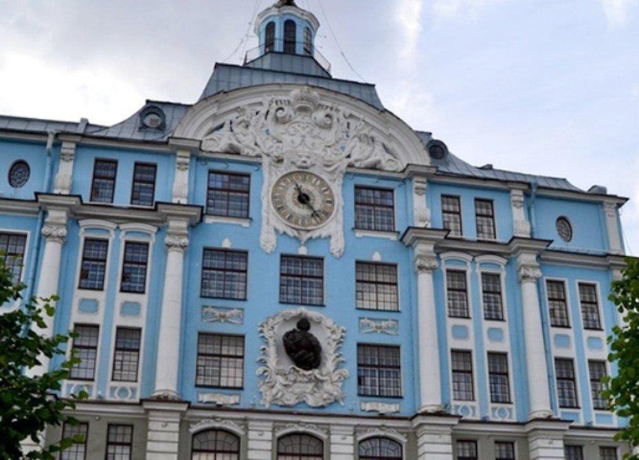 Старинные часы вновь пошли на здании Нахимовского училища в Петербурге