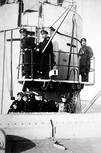 Адмирал Михаил Коронатович Бахирев (в центре) на кормовом мостике линкора