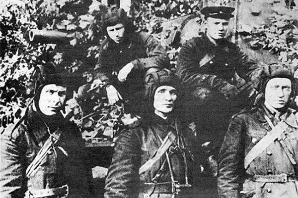 Экипаж КВ-1 З.Г.Колобанова (в центре), август 1941 г.