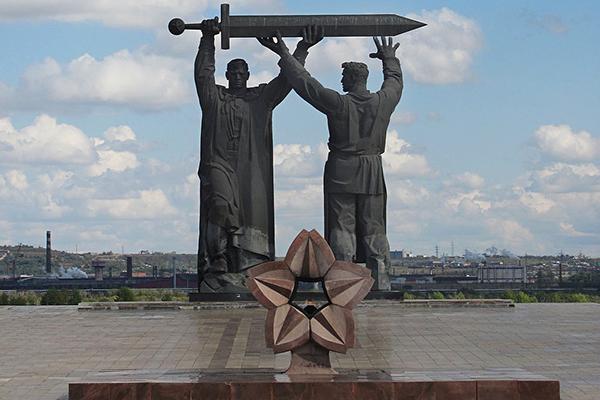 Памятник «Тыл — фронту» в Магнитогорске