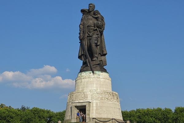 Памятник «Воин-освободитель» в Берлине