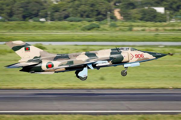 Найди десять отличий: российский Су-27 и китайский J-11