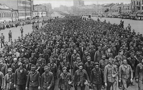 """""""Парад побежденных"""". Марш пленных немцев по Москве 17 июля 1944 года"""