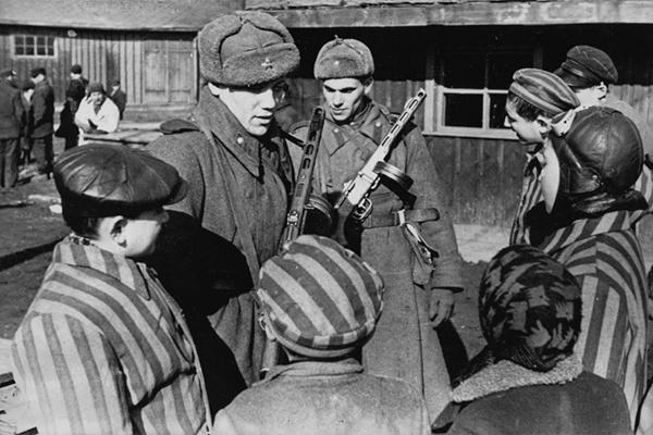 Советские солдаты с детьми, освобожденными из Освенцима