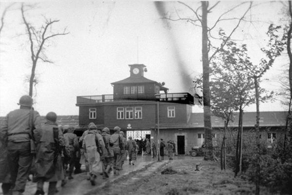 Американские солдаты вступают в концлагерь Бухенвальд, 11 апреля 1945 года