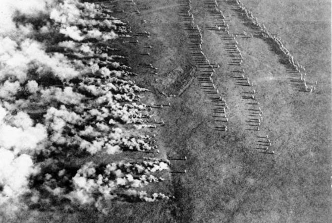 Начало немецкой газобаллонной атаки на Восточном фронте. Снимок с российского самолtта-разведчика, 1916 год