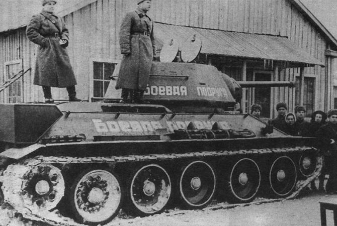 Танк Т-34 «Боевая подруга» в момент его передачи экипажу, 1943 год