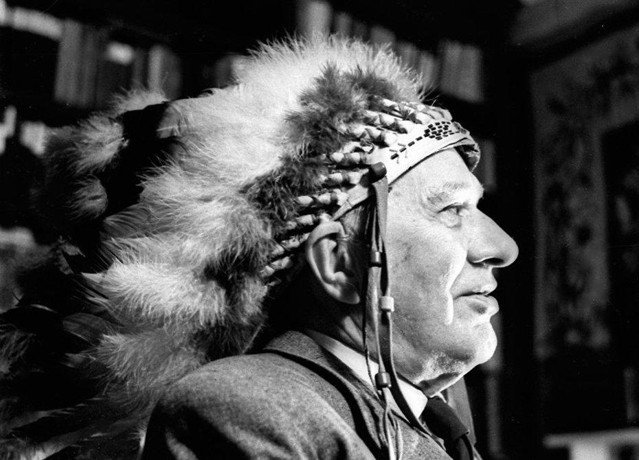 Корней Чуковский в индейском головном уборе